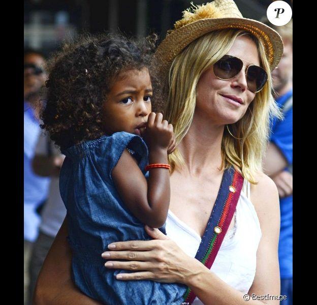 Heidi Klum en compagnie de ses quatre enfants, Leni, Henry, Johan et Lou à New York, le 14 juillet 2012- Ici avec Lou