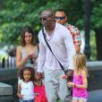 Le chanteur Seal est aux anges entouré de ses filles Leni et Lou sous le soleil de New York le 15 juillet 2012