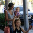 Jessica Alba et ses filles Haven et Honor dans les rues de Beverly Hills, le 21 juillet 2012.