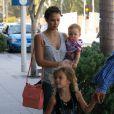 L'actrice Jessica Alba, Cash Warren et leur filles Haven et Honor dans les rues de Beverly Hills, le 21 juillet 2012.