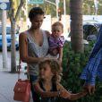 Jessica Alba, Cash Warren et leur filles Haven et Honor dans les rues de Beverly Hills, le 21 juillet 2012.
