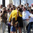 Bradley Wiggins, vainqueur du Tour de France 2012 dans les bras de sa femme Cathy et leurs enfants Ben et Isabella lors de la dernière étape le dimanche 22 juillet 2012