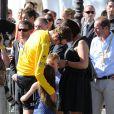 Bradley Wiggins, vainqueur du Tour de France 2012 s'offre un moment d'intimité avec sa femme Cathy et leurs enfants Ben et Isabella lors de la dernière étape le dimanche 22 juillet 2012