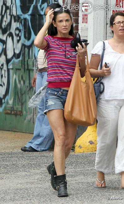 Demi Moore, 49 ans, se promène dans les rues de New York avec une amie, le 27 juillet 2012.