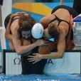 Camille Muffat, Charlotte Bonnet, Ophelie-Cyrielle Etienne et Coralie Balmy heureuses après avoir décroché le bronze olympique lors du relais 4x200 m nage libre lors des Jeux olympiques de Londres le 1er août 2012