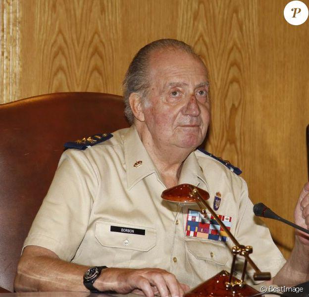 Le roi Juan Carlos Ier d'Espagne lors de sa visite le 2 août 2012 au ministère de la Défense, à Madrid. Victime d'une chute après la revue des troupes, dont résultent des contusions sur son nez et son menton, le monarque a toutefois poursuivi sa mission.