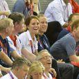 Le prince Harry dans les gradins du Vélodrome de Londres le 2 août 2012 assis aux côtés de William et Kate et du ministre David Cameron.