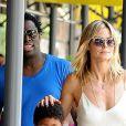 Heidi Klum dans les rues de New York profite de ses enfants lors d'une pause familiale et a été épaulée par le frère de Seal (en t-shirt bleu). Le 4 août 2012