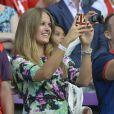Kim Sears applaudit son homme Andy Murray, devenu champion olympique en battant Roger Federer en finale le 5 août 2012 à Wimbledon à Londres