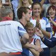 Andy Murray, ici dans les bras de sa maman, est devenu champion olympique en battant Roger Federer en finale le 5 août 2012 à Wimbledon à Londres