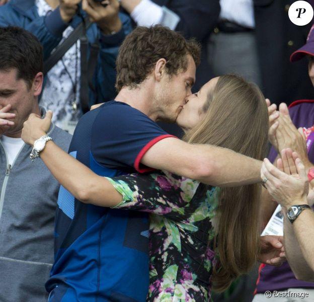 Andy Murray embrasse fougeusement sa belle Kim Sears après sa médaille d'or obtenue en finale du tournoi olympique de tennis à Wimbledon le 5 août 2012