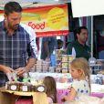 Bienveillant, Ben Affleck et ses filles au Farmers Market le 12 août 2012 à Los Angeles