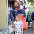 Papa poule, Ben Affleck et ses filles au Farmers Market le 12 août 2012 à Los Angeles