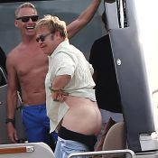 Elton John expose son derrière: Sous le soleil de St-Tropez... on a vu la lune !