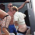Elton John, entouré d'amis sur un yacht, montre ses fesses aux photographes au large de St-Tropez, le lundi 13 août 2012.