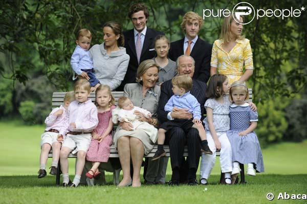 La Reine Paola and le Roi Albert II pose avec leur petits enfants