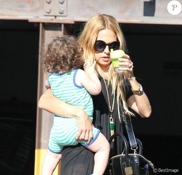 Rachel Zoe porte son fils Skyler à bout de bras dans les rues de West Hollywood. Le 13 août 2012.
