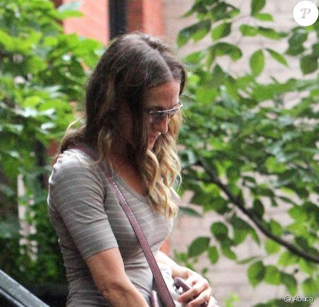 Sarah Jessica Parker sur les marches devant son immeuble, à New York, le 15 août 2012.