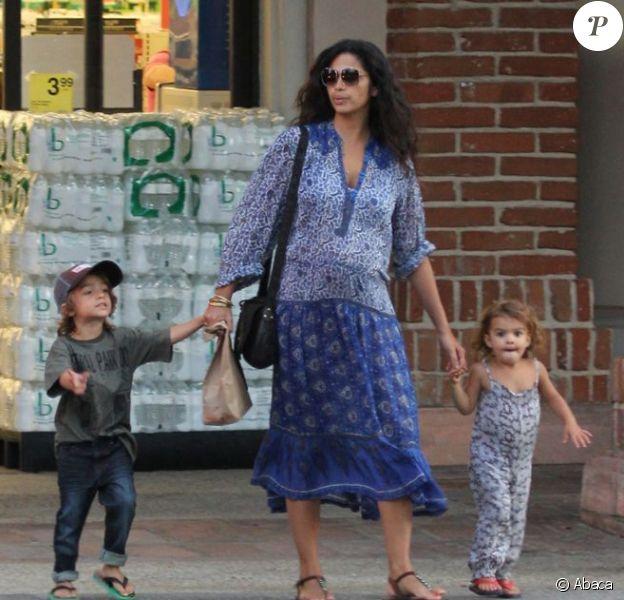 Exclu - Camila Alves tient par la main ses deux enfants Levi et Vida, quatre et deux ans. Los Angeles, le 16 août 2012.