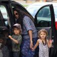 Exclu - Camila Alves sort de son rendez-vous médical avec les petits Levi et Vida, quatre et deux ans. Los Angeles, le 16 août 2012.