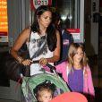La femme de Matt Damon, Luciana Barroso, avec Isabella, 6 ans, et Stella, 2 ans. La petite famille a été vue à l'aéroport de Boston le 16 août 2012.