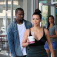 Kanye West et Kim Kardashian quittent la boutique Yogurtland avec leurs yaourts glacés. Honolulu, le 17 août 2012.