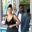 Kanye West et la voluptueuse Kim Kardashian, deux amoureux en vacances sur l'île d'Hawaï, quittent la boutique Yogurtland avec leurs yaourts glacés. Honolulu, le 17 août 2012.