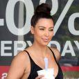 Kim Kardashian ultra sexy pour son amoureux Kanye West, quitte la boutique Yogurtland après y avoir acheté un yaourt glacé. Honolulu, le 17 août 2012.