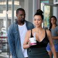 Kim Kardashian ultra sexy pour son moment à deux avec son amoureux Kanye West. Honolulu, le 17 août 2012.