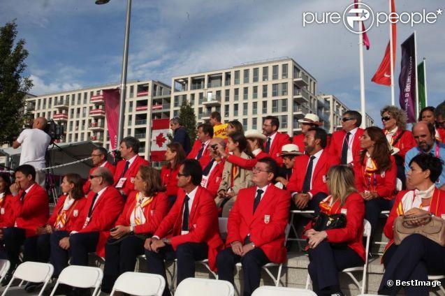 L'infante Elena d'Espagne avec ses enfants Victoria et Felipe le 29 août 2012 à Londres avec la délégation ibérique avant l'ouverture des Jeux paralympiques.
