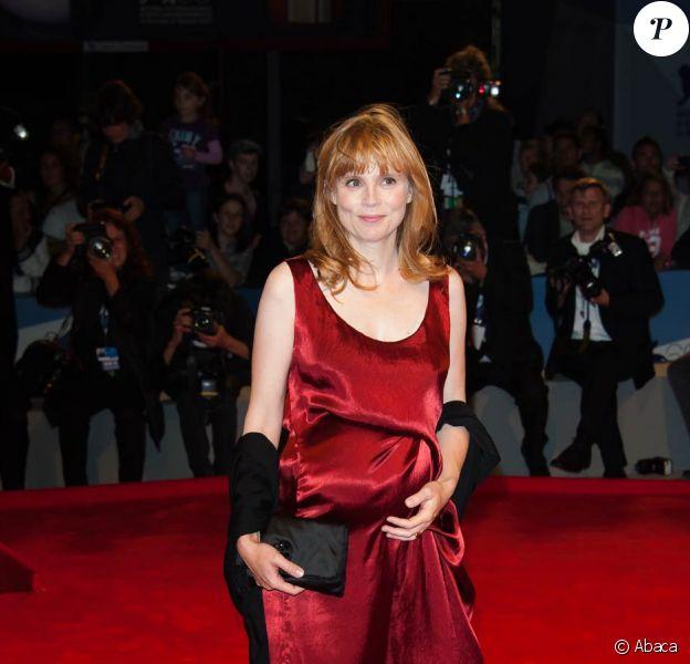 Isabelle Carré nous présente son ventre rond. Elle est enceinte de son troisième enfant et officialise sa grossesse lors de la Mostra de Venise, le 1er septembre 2012.