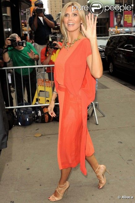 Heidi Klum, souriante, arrive sur le plateau de Good Morning America, à New York, le 4 septembre 2012