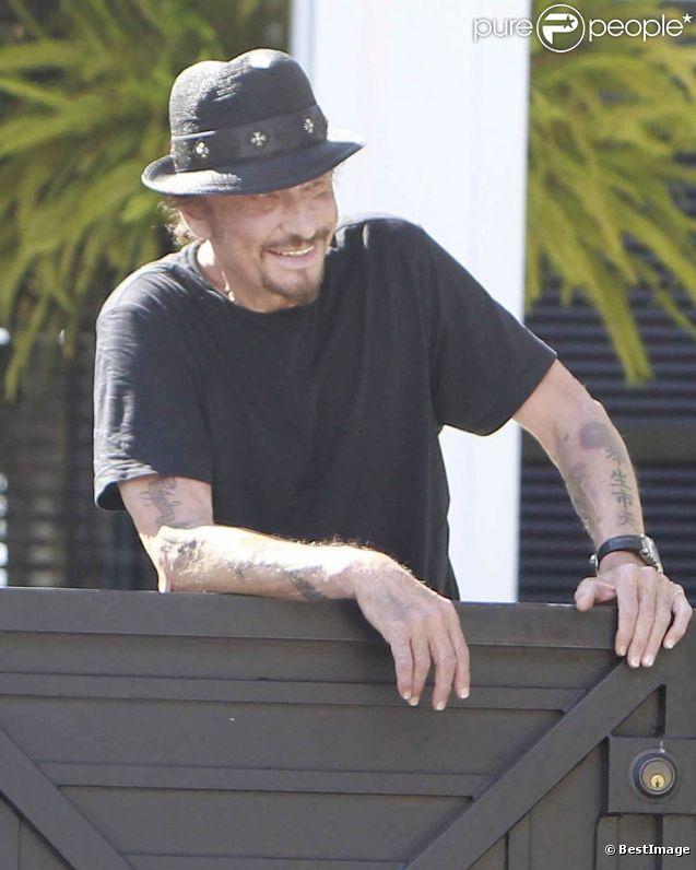 Johnny Hallyday, très souriant, devant sa propriété de Pacific Palisades à Los Angeles, le 9 septembre 2012.