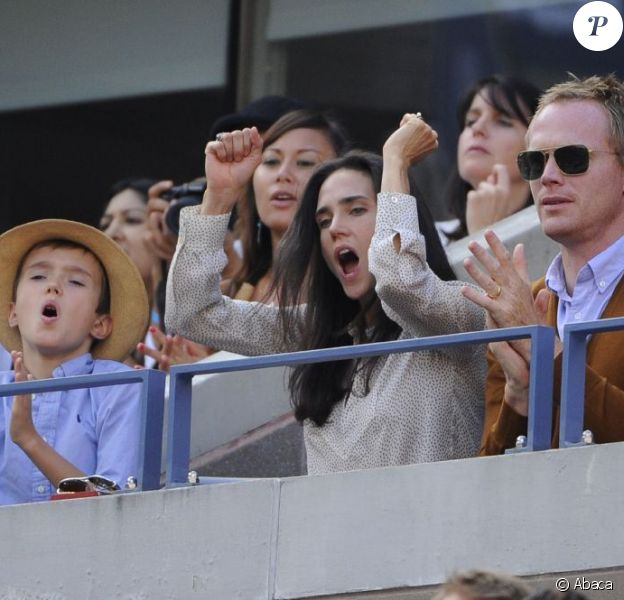 Jennifer Connelly, Paul Bettany et leur fils Stellan lors de la finale de l'US Open entre Serena Williams et Victoria Azarenka le 9 septembre 2012 à New York
