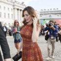 Kelly Brook, caméléon sexy, inaugure la Fashion Week Londres