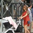 Kourtney Kardashian arrive à la boutique D.A.S.H avec sa fille Penelope en poussette. Miami, le 16 septembre 2012.