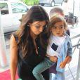 Kim Kardashian et son neveu Mason Disick à leur arrivée à Miami. Le 15 septembre 2012.