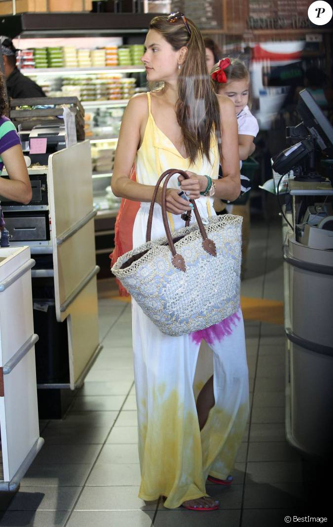 alessandra ambrosio fait ses courses west hollywood le 18 septembre 2012. Black Bedroom Furniture Sets. Home Design Ideas