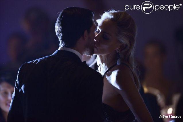 Sharon Stone et son petit ami Martin Mica s'embrassent lors de la vente aux enchères de l'amfAR 2012 pendant la Fashion Week à Milan, Italie, lors de la collection printemps-été 2013 le 22 septembre 2012