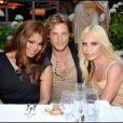 Gabriel Aubry entouré par Janet Jackson et Donatella Versace