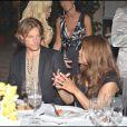 Gabriel Aubry écoute très attentivement ce que lui dit Janet Jackson