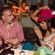 Franck Ribery peu convaincu par le chapeau de sa femme Wahiba lors de l'Oktoberfest de Munich le 23 septembre 2012