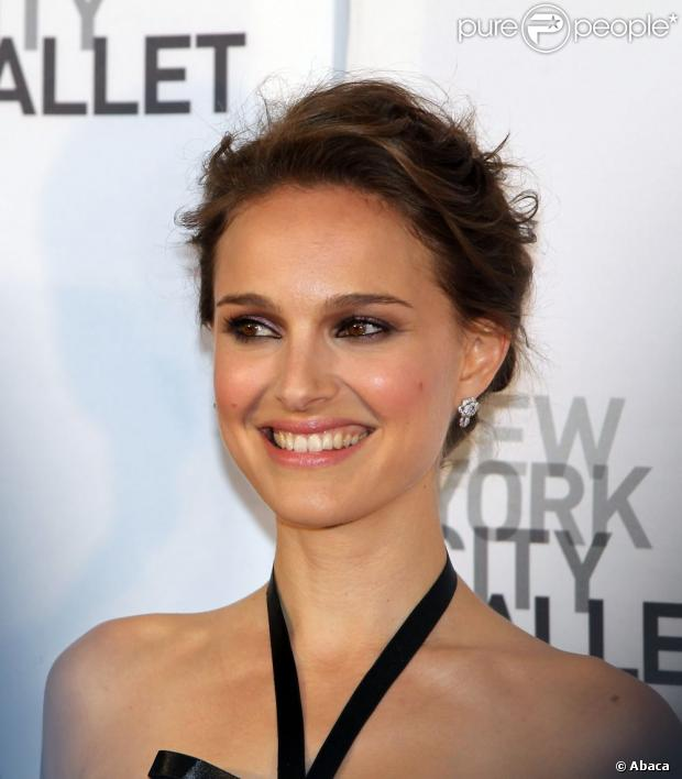 Natalie Portman, brune, sur le red carpet du New York City Ballet