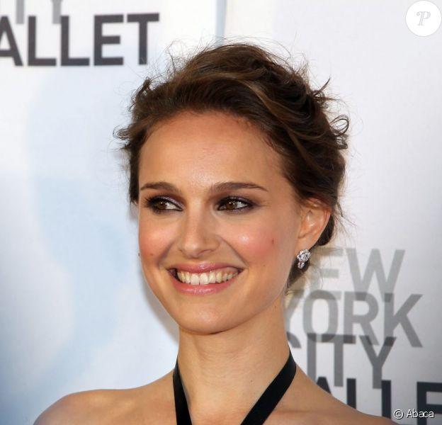 Natalie Portman, brune, sur le red carpet du New York City Ballet