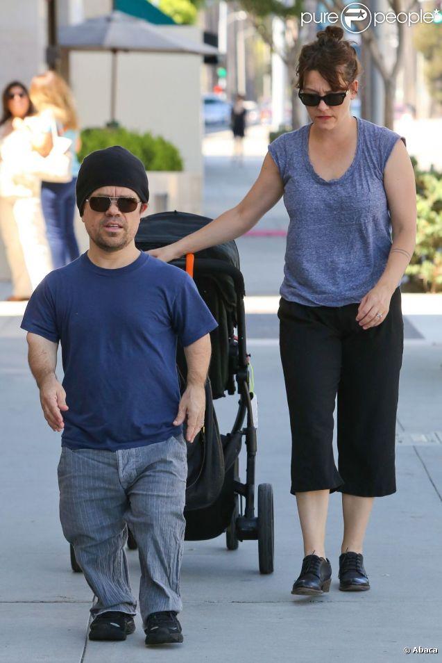 Peter Dinklage se promène avec sa femme Erica Schmidt et leur bébé le 24 septembre 2012 à Los Angeles