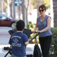 Peter Dinklage se promène avec sa jolie femme Erica Schmidt et leur bébé le 24 septembre 2012 à Los Angeles
