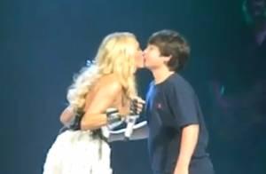 Carrie Underwood : La sublime chanteuse embrasse un fan de 12 ans sur la bouche