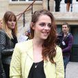 Kristen Stewart, tout en Balenciaga lors du défilé printemps-été de la marque à Paris, le 27 septembre 2012.