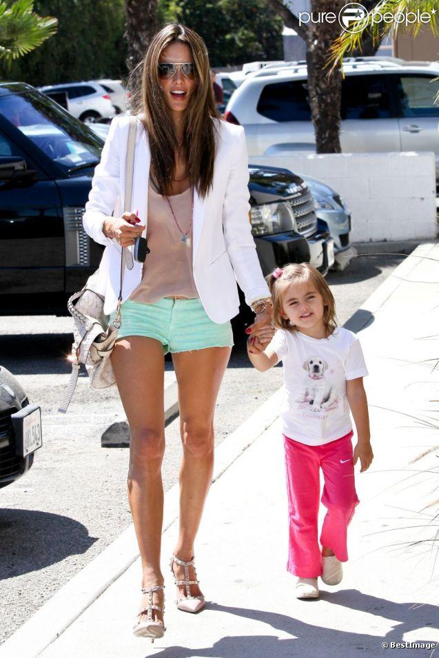 Alessandra Ambrosio porte des lunettes Persol, un blazer blanc, un top nude, un mini-short Hudson, un sac Mulberry et des sandales Valentino à Los Angeles. Le 24 septembre 2012.