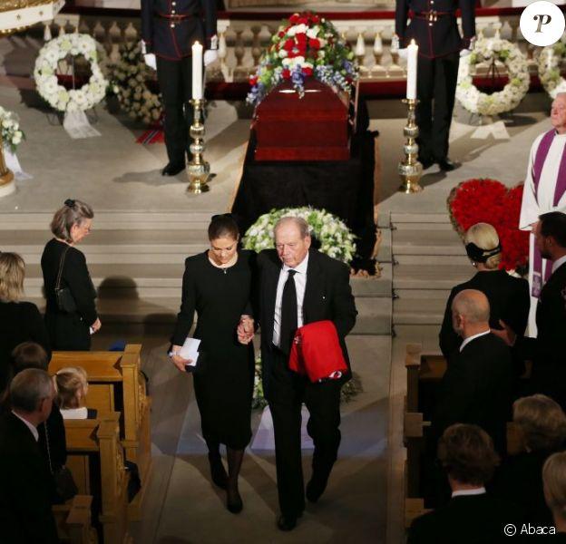 La princesse Victoria de Suède avec le veuf, Erling Lorentzen. Obsèques de la princesse Ragnhild, Mme Lorenzen, soeur aînée du roi Harald V de Norvège, en la chapelle royale à Oslo, le 28 septembre 2012.
